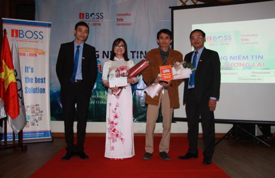 """Ban tổ chức trao giải nhất ý tưởng sáng tạo """"Trí tuệ nhân tạo"""" cho anh Nguyễn Minh Đức chuyên viên lập trình phòng IT"""