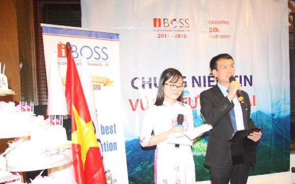 """Ông Đào Văn Bình - Giám đốc IT công bố ý tưởng sáng tạo đạt giải nhất phong trào thi đua """"Con người IBOSS năng động, sáng tạo"""""""